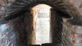 Παλαιά μετάβαση μεταξύ των τούβλινων τοίχων απόθεμα βίντεο
