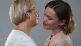 Παλαιά μητέρα που αγκαλιάζει την κόρη, έννοια της αγάπης των γονέων, θερμές σχέσεις απόθεμα βίντεο