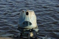 παλαιά μηχανή βαρκών στο μπλε ποταμών Στοκ Εικόνα