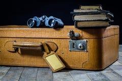 Παλαιά μοντέρνη βαλίτσα Παλαιά βιβλία σε μια βαλίτσα Βαλίτσα σε έναν ξύλινο πίνακα Στοκ Φωτογραφίες