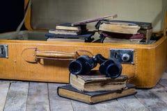 Παλαιά μοντέρνη βαλίτσα Παλαιά βιβλία σε μια βαλίτσα Βαλίτσα σε έναν ξύλινο πίνακα Στοκ φωτογραφίες με δικαίωμα ελεύθερης χρήσης