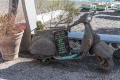 Παλαιά μοτοσικλέτα με τον πίνακα για τα κοκτέιλ μπροστά από έναν φραγμό παραλιών Στοκ εικόνα με δικαίωμα ελεύθερης χρήσης