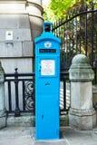 Παλαιά μπλε θέση κλήσης αστυνομίας δημόσια στο Λονδίνο στοκ φωτογραφία