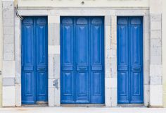 Παλαιά μπλε χρωματισμένη ξύλινη πόρτα Στοκ Φωτογραφίες