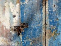 Παλαιά μπλε χρωματισμένη πόρτα με την κλειδαριά στο habor Procida Ιταλία στοκ εικόνες