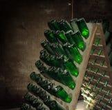 Παλαιά μπουκάλια κρασιού που βάζουν στο κελάρι κρασιού Παλαιό κρασί στην παλαιά οινοποιία στοκ εικόνες