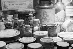 Παλαιά μπουκάλια χαπιών στο παλαιά μουσείο και το χορτάρι GA λειτουργούντων θεάτρων Στοκ εικόνες με δικαίωμα ελεύθερης χρήσης