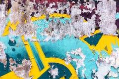 Παλαιά ξεπερασμένα γκράφιτι που επισύρουν την προσοχή στον τοίχο Στοκ Εικόνες