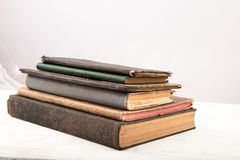 Παλαιά ξεπερασμένα χτυπημένα βιβλία στο άσπρο υπόβαθρο Στοκ εικόνα με δικαίωμα ελεύθερης χρήσης