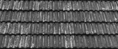 Παλαιά ξεπερασμένη επικεράμωση στεγών στα γκρίζα εξασθενισμένα χρώματα, κλασσικό σχέδιο αρχιτεκτονικής επικεράμωσης στεγών στοκ φωτογραφία με δικαίωμα ελεύθερης χρήσης
