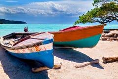 Παλαιά ξύλινα αλιευτικά σκάφη στην ακτή στοκ εικόνα