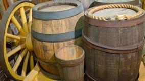 Παλαιά ξύλινα βαρέλια με την κινηματογράφηση σε πρώτο πλάνο στεφανών μετάλλων στο βαγόνι εμπορευμάτων στοκ φωτογραφίες