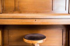 Παλαιά ξύλινα εκλεκτής ποιότητας κλειδιά πιάνων στο ξύλινο μουσικό όργανο κατά την μπροστινή άποψη στοκ φωτογραφία με δικαίωμα ελεύθερης χρήσης