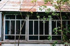 Παλαιά ξύλινα παράθυρα του παλαιού σπιτιού Με το μπλε χρωμάτων αποφλοίωσης RU στοκ εικόνα