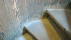 Παλαιά ξύλινα σκαλοπάτια απόθεμα βίντεο