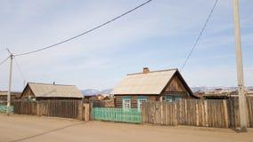 Παλαιά ξύλινα σπίτια στο χωριό Khuzhir στο νησί Olkhon Άνοιξη στη Σιβηρία στη λίμνη Baikal στοκ εικόνες