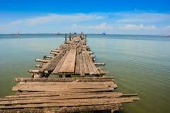Παλαιά ξύλινα τεντώματα αποβαθρών κινηματογραφήσεων σε πρώτο πλάνο μακριά στην κυανή θάλασσα Στοκ Εικόνα