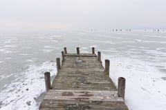 Παλαιά ξύλινη αποβάθρα βαρκών στην παγωμένη λίμνη Στοκ φωτογραφία με δικαίωμα ελεύθερης χρήσης