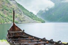 Παλαιά ξύλινη βάρκα Βίκινγκ στη νορβηγική φύση Στοκ φωτογραφίες με δικαίωμα ελεύθερης χρήσης