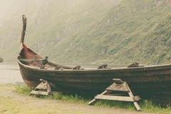 Παλαιά ξύλινη βάρκα Βίκινγκ στη νορβηγική φύση Στοκ Εικόνα
