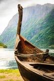 Παλαιά ξύλινη βάρκα Βίκινγκ στη νορβηγική φύση Στοκ εικόνες με δικαίωμα ελεύθερης χρήσης