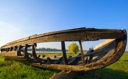 Παλαιά ξύλινη βάρκα στην ακτή Στοκ Φωτογραφία
