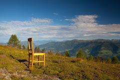 Παλαιά ξύλινη καρέκλα στην κορυφή σε Carnic Apls στην Αυστρία Στοκ Φωτογραφίες
