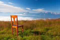 Παλαιά ξύλινη καρέκλα στην κορυφή σε Carnic Apls στην Αυστρία Στοκ εικόνες με δικαίωμα ελεύθερης χρήσης