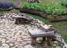 Παλαιά ξύλινη καρέκλα στη διάβαση πετρών στοκ εικόνες