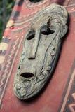 Παλαιά ξύλινη μάσκα στο κόκκινο έμβλημα Πρόσωπο πνευμάτων του τοτέμ Ασιατικό χειροποίητο γλυπτό Τελετουργικό αντικείμενο Θρησκευτ στοκ φωτογραφία