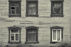 Παλαιά ξύλινη πρόσοψη σπιτιών με έξι όμορφα παράθυρα στοκ φωτογραφίες