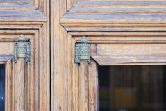 Παλαιά ξύλινη πόρτα εισόδων με το ένθετο γυαλιού και εκλεκτής ποιότητας λαβή με ένα τέρμα χαλκού ενός ιστορικού κτηρίου στοκ φωτογραφίες με δικαίωμα ελεύθερης χρήσης