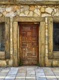 Παλαιά ξύλινη πόρτα ενός ιστορικού κτηρίου στο α ενός ευρωπαϊκού ST Στοκ φωτογραφίες με δικαίωμα ελεύθερης χρήσης