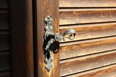 Παλαιά ξύλινη πόρτα λαβών στην προοπτική στοκ εικόνα με δικαίωμα ελεύθερης χρήσης
