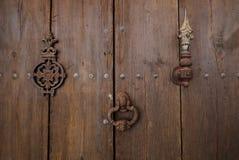 Παλαιά ξύλινη πόρτα με τα ρόπτρα πορτών στοκ εικόνα