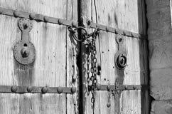 Παλαιά ξύλινη πόρτα με την αλυσίδα Β Στοκ φωτογραφία με δικαίωμα ελεύθερης χρήσης