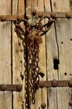 Παλαιά ξύλινη πόρτα με την αλυσίδα Ι Στοκ εικόνες με δικαίωμα ελεύθερης χρήσης