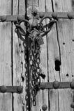 Παλαιά ξύλινη πόρτα με την αλυσίδα Στοκ Εικόνα