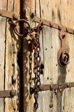 Παλαιά ξύλινη πόρτα με την αλυσίδα IV Στοκ φωτογραφία με δικαίωμα ελεύθερης χρήσης