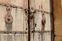 Παλαιά ξύλινη πόρτα με την αλυσίδα VI Στοκ Φωτογραφία