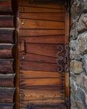 Παλαιά ξύλινη πόρτα με το βασικό τοίχο πετρών στοκ εικόνες με δικαίωμα ελεύθερης χρήσης