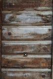 Παλαιά ξύλινη πόρτα με το κατασκευασμένο σχέδιο στοκ εικόνα