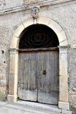 Παλαιά ξύλινη πόρτα με το doorknocker στην Καλαβρία στοκ φωτογραφίες με δικαίωμα ελεύθερης χρήσης