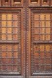 Παλαιά ξύλινη πόρτα με inlays σιδήρου Υπόβαθρο Arquitecture Στοκ Εικόνες