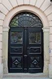 Παλαιά ξύλινη πόρτα στην είσοδο στο σπίτι Στοκ εικόνα με δικαίωμα ελεύθερης χρήσης