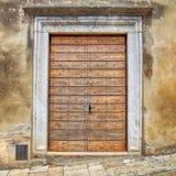 Παλαιά ξύλινη πόρτα στο αγροτικό ιταλικό σπίτι, Τοσκάνη, Ιταλία Στοκ Εικόνες
