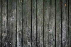 Παλαιά ξύλινη πύλη, σανίδες με τη ραγισμένη σύσταση χρωμάτων στοκ εικόνα