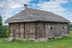 Παλαιά ξύλινη πύλη στο υπόστεγο σιταποθηκών στοκ εικόνα με δικαίωμα ελεύθερης χρήσης