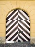 Παλαιά ξύλινη ριγωτή πύλη στοκ φωτογραφία με δικαίωμα ελεύθερης χρήσης