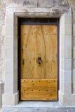 Παλαιά ογκώδης ξύλινη πόρτα στοκ εικόνες